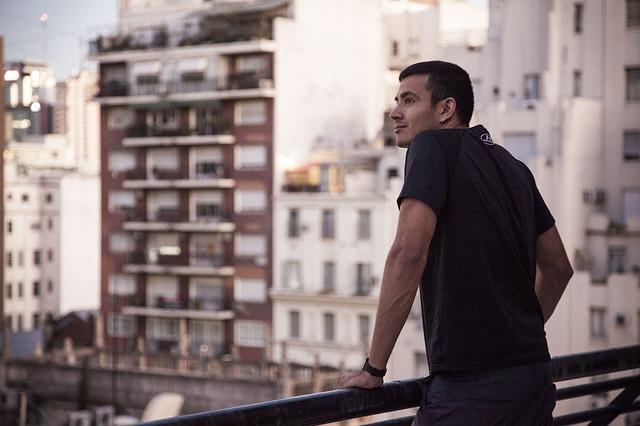 muž na balkóně