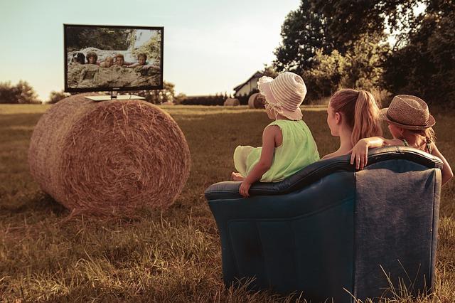 sourozenci sledují TV.jpg