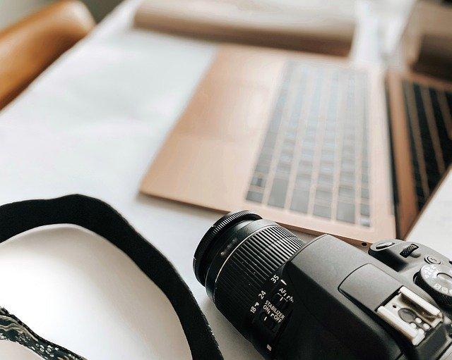 Notebook a čierny fotoaparát